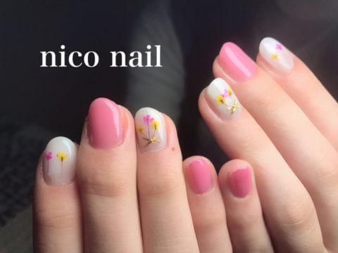 ピンクの押し花ネイル