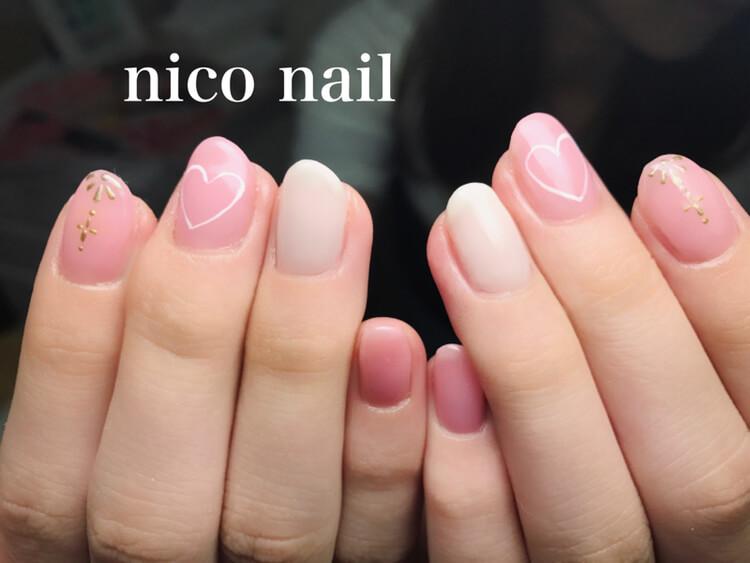 とてもキュートなピンクネイル、飾り模様も入れて・・